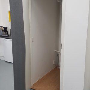 karmisuoja Heavy puristuu oven pieliä vasten