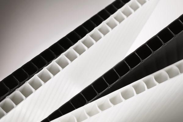 kennomuoviarkki PP BASIC musta ja valkoinen samassa kuvassa